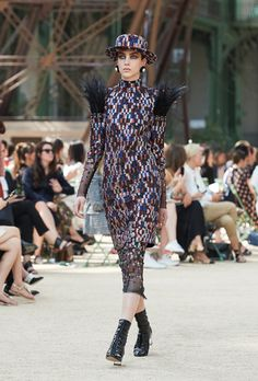 Enter the world of CHANEL and discover the latest in Fashion & Accessories, Eyewear, Fragrance & Beauty, Fine Jewelry & Watches. Chanel Couture, Karl Lagerfeld, Coco Chanel, Winter 2017, Fall Winter, Tweed, Chanel 2017, Color Negra, Runway Fashion