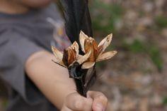 follaje seco de la mano de un niño DFC.
