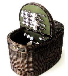 La tradicional cesta picnic de dos tapas para 4 personas de mimbre color nogal.
