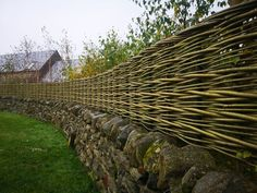 Our continuously woven willow fences are built in situ and are long lasting and resilient to the wind. Garden Doors, Garden Fencing, Willow Fence, Living Willow, Fence Screening, Natural Fence, Stone Fence, London Garden, Bird Houses Diy