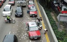 Hong Kong shoppers and commuters pounce after hundreds of thousands of pounds worth of cash spills onto a busy road after an apparent accident involving cash van News Articles For Kids, Kids News, Hong Kong, Wacky News, Vans New York, Cold Hard Cash, Busy Street, Make It Rain, Armored Vehicles