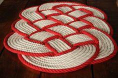 À la main  Jai fait ce tapis en utilisant 100 % 1/2 pouces de diamètre large corde de coton blanc et corde de coton 1/2 pouce rouge, il est beau et doux sur les orteils. La corde est made in USA.  Je peux faire les tailles différentes si vous le souhaitez. Il ny a plus de 125 pieds de corde de coton dans ce tapis.  En raison de la nature des tapis faits main, les dimensions sont parfois différentes que celles énumérées.  Ces tapis faire grande pendaison de crémaillère et de cadeaux de…