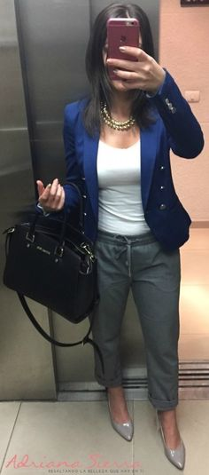 chaqueta azul, pantalon gris, outfit, michael kors, outfi oficina