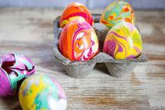 Ναι, και όμως τα αυγά της φωτογραφίας είναι βαμμένα με βερνίκι νυχιών και είναι έργα τέχνης!                          Υλικά:        Βερνίκια νυχιών σε ότι χρώματα επιθυμείτε        Ένα πλαστικό ποτήρι γεμάτο με νερό σε θερμοκρασία δωματίου. Αυτό είναι πολύ σημαντικό! Αν το