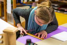 Wilde Locken – Bunte Stühle. Eine Schule macht Kunst  Eine quadratische Platte aus Sperrholz, schwarz grundiert. Darauf sind kreisförmig kleine Nägel in kurzen Abständen eingeschlagen. Ein Junge spannt bunte Fäden in einem regelmäßigen Rhythmus von einem Nagel zum anderen, kreuz und quer über die Platte. Er ist so in seine Arbeit versunken, dass er die Welt ...  http://www.montessori-chemnitz.de/de/aktuelles/2016_03_13-wilde_locken_bunte_stuehle_eine_schule_macht_kunst.html