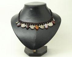 Collar de Macramé en hilo encerado marrón con piedras de Ágatas en distintos tonos terrosos y fornituras doradas
