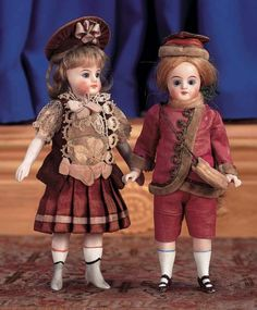 Puppen & Spielzeug Museum: 321 Two French All-Bisque Mignonettes in Antique Costumes