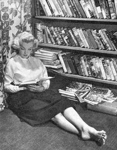 47 Interesting Vintage Photos of Marilyn Monroe Reading Book Marylin Monroe, Fotos Marilyn Monroe, Gene Kelly, Woman Reading, Norma Jeane, Dita Von Teese, Brigitte Bardot, Jane Russell, Most Beautiful Women