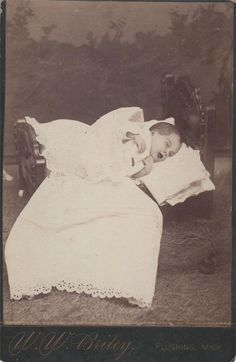 Creepy Post Mortem of a Young Child ~ Unusually Posed Victorian Photos, Victorian Era, Post Mortem Pictures, Post Mortem Photography, Momento Mori, Antique Pictures, Southern Gothic, Macabre, Vintage Children