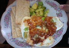 My breakfast today!: whole wheat crackers, avocado and a mozarrela/leek/eggs white omelette.. mi desayuno de hoy!: galletas integrales, aguacate y un omelette de claras de huevo/mozarella y puerro.