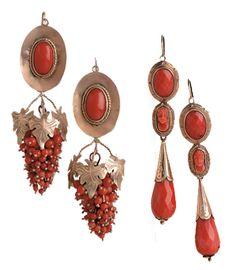 """Due coppie di orecchini a mandorla, una con pendente """"a grappolo d'uva"""", l'altra con pendente """"a goccia"""" e piccolo cammeo raffigurante un viso. Sardegna, metà XIX secolo. Victorian Jewelry, Antique Jewelry, Vintage Jewelry, Antique Gold, Coral Earrings, Cute Earrings, Alghero, Roman Jewelry, Art Carved"""