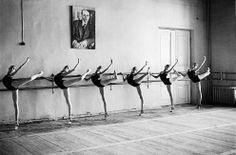 Ballet dancers by Arthur Elgort Beautiful! Ballet Class, Dance Class, Ballet Dancers, Ballerinas, Ballet Barre, Ballet School, City Ballet, Ballet Studio, Ballet Basics