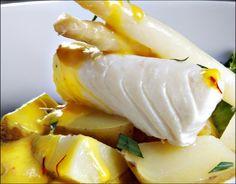 Hvitvinsdampet torskerygg med safransaus og hvite asparges Eggs, Breakfast, Drinks, Morning Coffee, Drinking, Beverages, Egg, Drink, Egg As Food