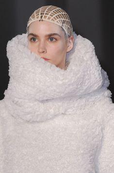 pure white fashion with fluffy dimensional textures // Gareth Pugh Fall 2014 3d Fashion, White Fashion, Fashion Design, Paris Fashion, Structured Fashion, Gareth Pugh, Fashion Project, Fall Winter 2014, Costume Design