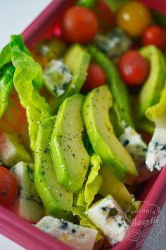 Sałatka z awokado z serem pleśniowym i pomidorkami to szybki pomysł na pyszną kolację.Przygotowałam ją z kilku składników i skropiłam oliwą z oliwek. Greens Recipe, Caprese Salad, Green Beans, Catering, Avocado, Food And Drink, Veggies, Lunch, Healthy Recipes