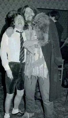 Crazy B/W picture of Ozzy Osbourne and Angus Young! Too much legend for one picture! Angus Young, Ozzy Osbourne Black Sabbath, Afro, Rock And Roll History, Old Rock, Heavy Metal Music, Rockn Roll, Sexy Teens, Rock Legends