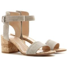 Gianvito Rossi Rikki Low Suede Sandals (2.335 BRL) ❤ liked on Polyvore featuring shoes, sandals, beige, beige shoes, beige suede shoes, suede sandals, gianvito rossi and beige sandals