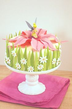 A touch of playfulness - Tinkerbell Cake - Anne-Sophie - Fashion Cooking Tinkerbell Birthday Cakes, Fairy Birthday Cake, Birthday Cake Girls, Fairy Cakes, Disney Cakes, Gorgeous Cakes, Cute Cakes, Cake Decorating, Anne Sophie