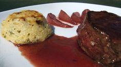 Pavé de cerf sauce et poires au vin rouge, petit gratin de pommes de terre express