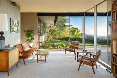 A Midcentury Modern Richard Neutra Home Just Hit the Market For the First Time - Maison - Décoration - Home - Interior - Richard Neutra, Richard Meier, Built In Furniture, Outdoor Furniture Sets, Mid Century House, Home Interior, Interior Design, Interior Doors, Mid Century Design