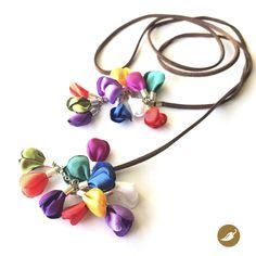 En esta joya, Nini del Rìo se inspira en uno de los rasgos más característicos de la Fiesta de la Tirana: el Color. El color colma la pampa del Tamarugal, a través de las máscaras, cintas, trajes, sombreros y flores. Las telas siempre son brillantes, por ello Nini utiliza satín para crear esta línea inspirada en la mayor apoteosis coreográfica de Chile. Este collar funciona como un lazo alrededor del cuello y termina co una serie de gajos de color, además de la policromía de la fiesta, la…