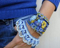 Perlen häkeln Armband Manschette in Variationen von roten und weißen Farbe. Dieses Armband häkeln aus 100 % Baumwolle-Thread, ist mit Glas-Rocailles, Preciosa Rocailles, Miyuki Rocailles und gehäkelten 3D Blume geschmückt. Die Perlen sind dunkle und helle rote Preciosa, hellbeige, Kristall-blau. Unterkante des Armbandes sind dekoriert mit Perlen häkeln Farbschnitt. Ich habe diese Manschette mit eine freie Form-häkeln-Technik und viel Phantasie, es ist also absolut einzigartig und kann ...