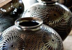 Estos son hechos a mano las ollas. Están hechas en Oaxaca, México. Están hechas de barro negro. Vienen en todas las formas y tamaños.