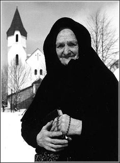 slovak woman going to church Bohemian Girls, Bohemian Art, Vintage Pictures, Woman Face, Old Women, Traditional Art, Folklore, Old Things, Black And White