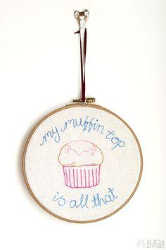"""My muffin top is all that"" (30 Rock Jenna Maroney-citat) av Alicia Sivertsson"