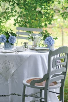Chic Shabby and French Outdoor Table Setting Outdoor Dining, Outdoor Spaces, Outdoor Decor, Dresser La Table, Victoria Magazine, Futons, French Country Cottage, Country Cottages, White Cottage