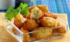 A Receita de Bolinho de Arroz que Derrete na Boca é fácil de fazer e muito especial. Você só precisa misturar o arroz cozido, a batata, o ovo, o queijo ral