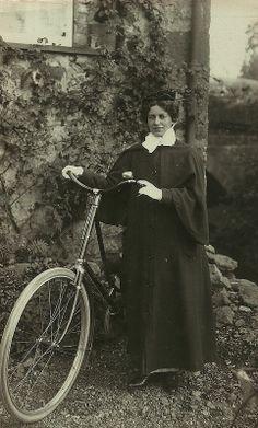 Enfermera que realizaba visitas a domicilio con bicicleta Dawlish (1913)