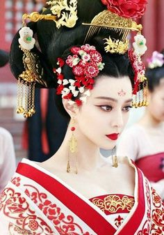 """""""My lady geisha Your hair shines in ebony Full of kanzashi flowers With pure white petals As the moon itself Delicate and perfect"""" Hanfu, Cheongsam, Costume Ethnique, The Empress Of China, Geisha Tattoos, Fan Bingbing, Chinese Clothing, Oriental Fashion, Chinese Fashion"""