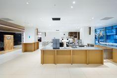 Blue Bottle Coffee Shinjuku Cafe by Schemata Architects, Tokyo – Japan Interior Design Programs, Cafe Interior Design, Cafe Design, Store Design, Visual Merchandising, Coffee Shop Lighting, Study Cafe, Diy Interior Doors, Blue Cafe