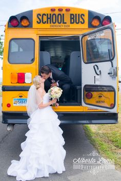 School Bus Wedding www.AlbertoLamaPhotography.com