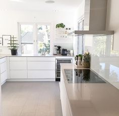 Essential Home is the epitome of bohemian design. White Kitchen Sink, Kitchen Sets, New Kitchen, Kitchen Dining, Kitchen Decor, Deco Design, Küchen Design, Interior Design Courses, Cocinas Kitchen