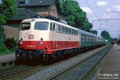 """Am 04. Juni 1983 hieß der Bahnhof noch Großkönigsdorf, und es hielten auch noch """"richtige"""" Züge, wie hier 112 504-6 vor N 8026 Köln – Düren. Heute wird Frechen Königsdorf nur noch von S-Bahnen bedient."""
