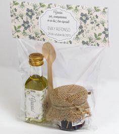 Aceite de oliva virgen y mermelada de frambuesa con cuchara de madera. Detalles boda