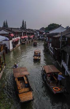 Voyage en Chine: la vilel d'eau de Zhujiajio près de Shanghai et ses bateaux et pêcheurs.