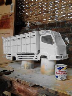 Proses pengecatan truck miniatur