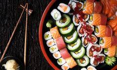 Groupon - Bandeja de 50 piezas de sushi para llevar con botella de vino o dos bebidas por 16,95 € en Barcelona. Precio de la oferta Groupon: 16,95€
