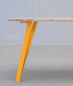 pied-de-table-metal-GRAF_K-2 Wood Furniture, Furniture Design, Table And Chairs, Dining Table, Bois Diy, Diy Table, Wood Pallets, Simple, Jaune Orange