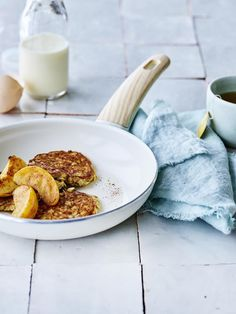 Havermoutpannenkoekjes met gebakken appeltjes en kaneel I Want Food, Feel Good Food, Pureed Food Recipes, Healthy Recipes, Sandro, Happy Foods, Desert Recipes, Healthy Cooking, Healthy Food