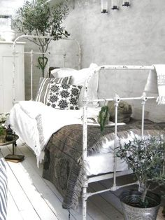 Shabby chic daybed love!