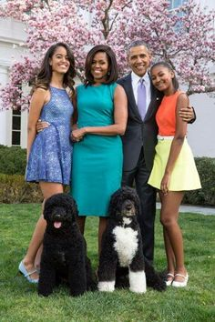 """Malia Obama, left, Michelle Obama, Barack Obama and Sasha Obama in a 2015 portrait. Malia Obama, Michelle E Barack Obama, Barack Obama Family, Obama President, Bo Obama, Obamas Family, 2016 President, Michelle Obama Fashion, Madam President"