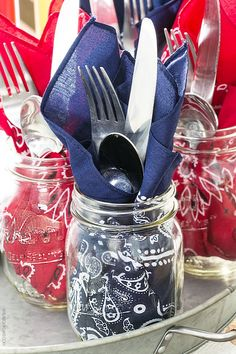 Using patriotic bandanas as napkins is genius -- they can also become a part of your patriotic table decor too! http://livelaughrowe.com