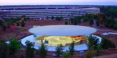 Fino ad ora, lo Steve Jobs Theater è apparso solo attraverso foto e video del piano terra; tuttavia, tali immagini non rivelano molto della costruzione, dal momento che il teatro è sotterraneo. Alcune foto inviate da Google a Google Maps ci offrono la possibilità di dare uno sguardo...