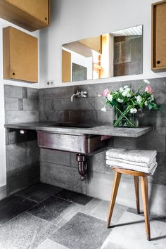 Beautiful country house bathroom - Look at that vintage basin from Höganäs - Listing via Washroom, Master Bathroom, Turbulence Deco, Refuge, Beautiful Bathrooms, Kitchen And Bath, Double Vanity, Basin, Home Kitchens