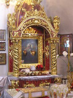 Жертвенник позолочен сусальным золотом
