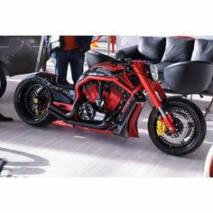 V-Rod - Single-side swingarm, pipes, 6-piston calipers.